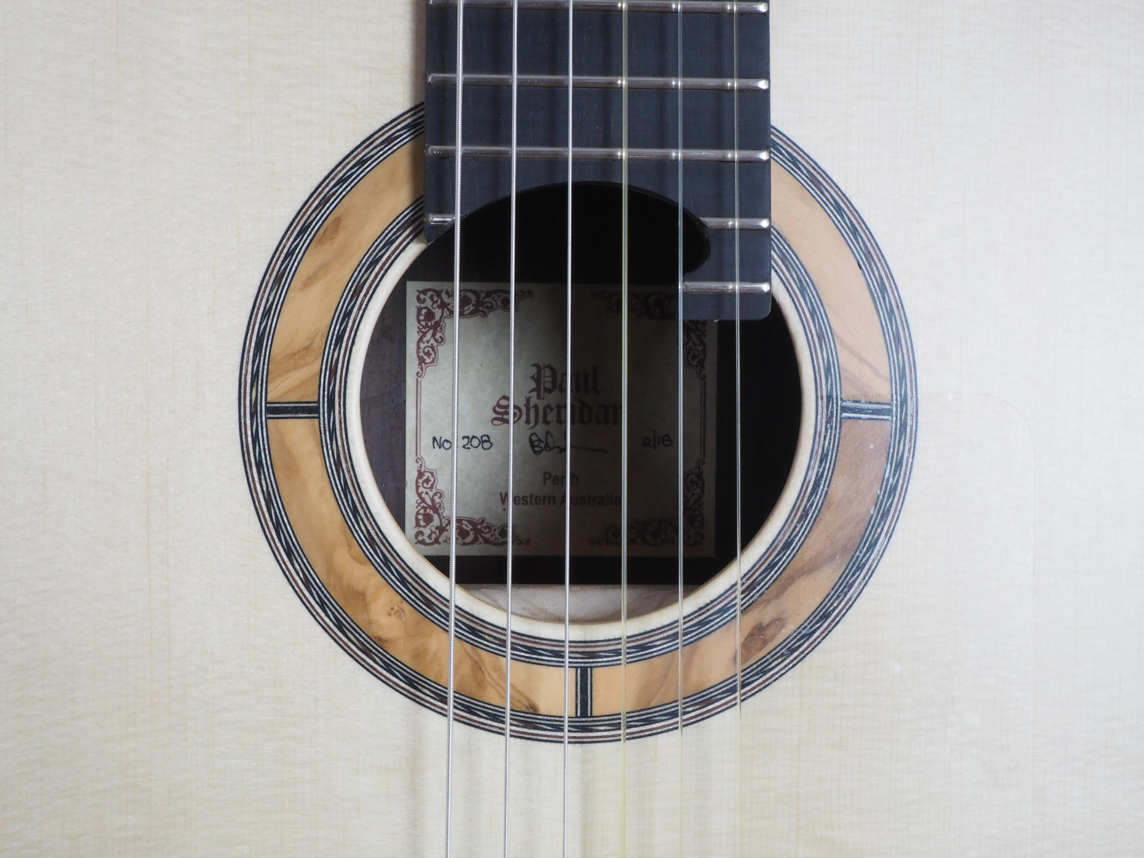 Paul sheridan guitare classique luthier lattice. Disponible sur le site www.guitare-classique-concertfr