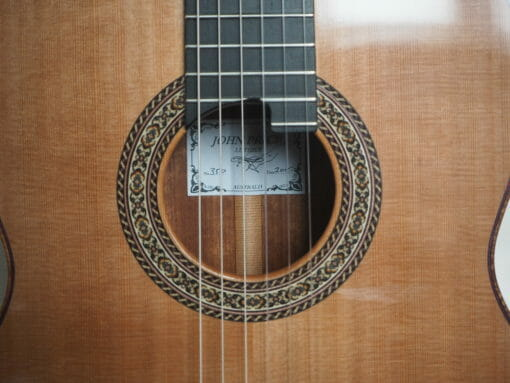 Guitare classique de concert du luthier John Price - Australie - table en cèdre et dos et éclisses en palissandre sud-américain, barrage lattice. sonorité puissante