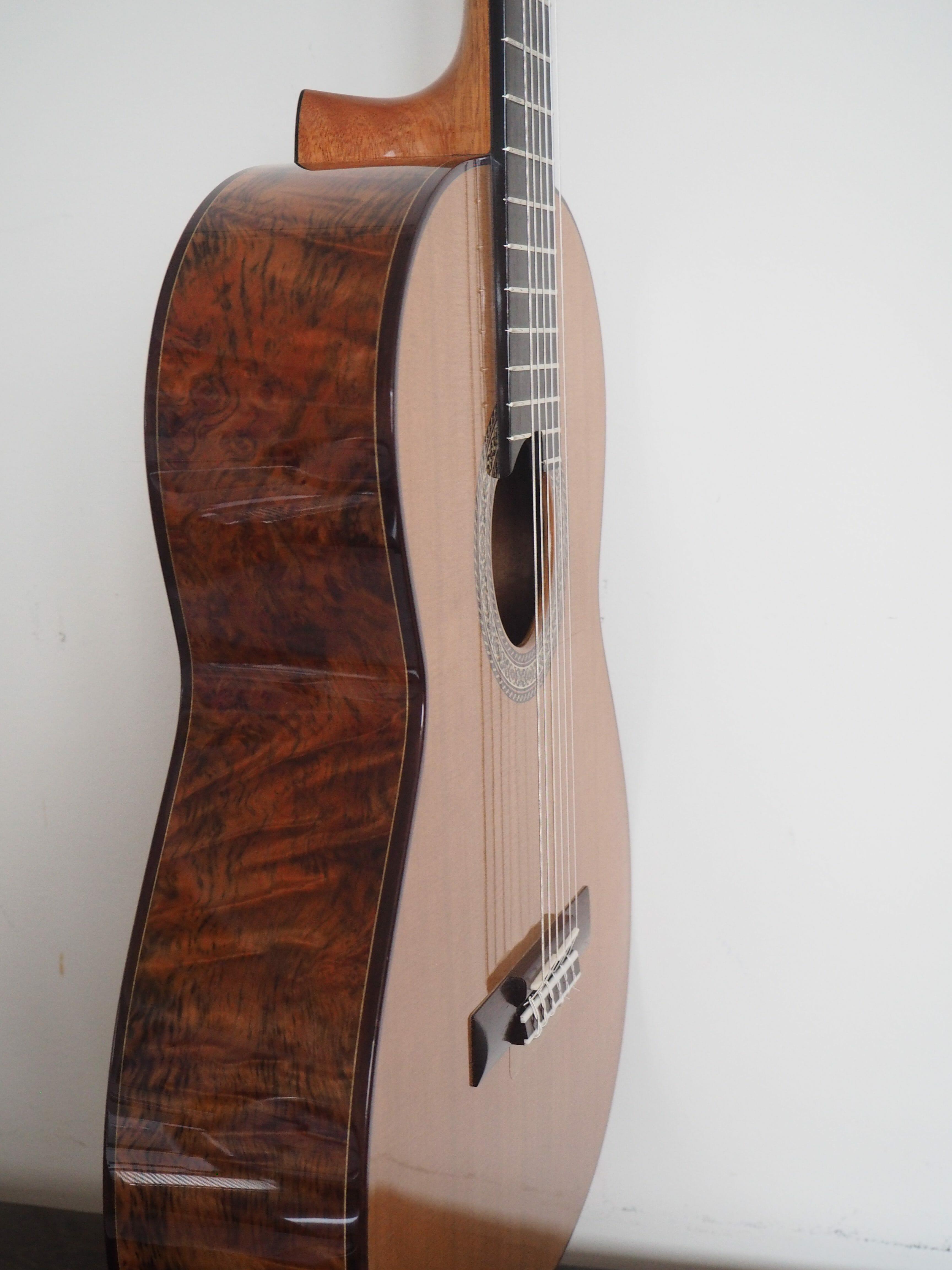 Guitare classique de concert du luthier John Price - australie - table en cèdre et dos et éclisses barrage lattice. sonorité puissante